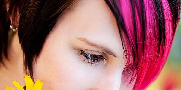 Junge Frau mit pinken Strähnen von 100% Dein Friseurteam